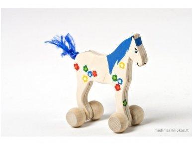 Mažas arkliukas su ratukais melsvas su gėlytėmis