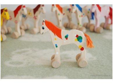 Mažas arkliukas su ratukais oranžinis 3