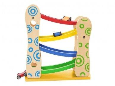 Medinė lenktynių rampa su automobiliukais