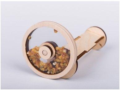 Medinis kaleidoskopas su gintaru