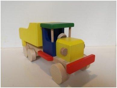 Spalvotas medinis sunkvežimis