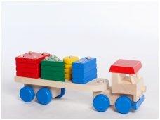 Sunkvežimis su figūrinėmis kaladėlėmis