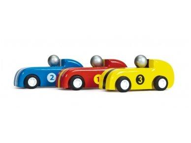 Trys medinės lenktyninės mašinėlės